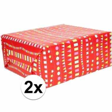2x cadeaupapier rood met vlaggenlijnen 200 x 70 cm