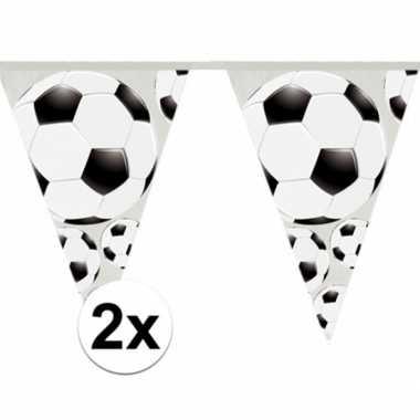 2x stuks slingers met voetbal vlaggetjes 4 meter
