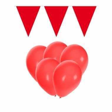 Decoratie rood 15 ballonnen met 2 vlaggenlijnen